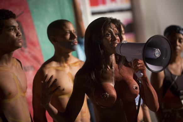ब्राजील के रियो डी जेनेरियो में फैशन रियो के दौरान एडुकेफ्ररो नामक एनजीओ के सदस्य विरोध जताते हुए।