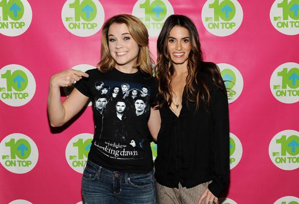 न्यूयॉर्क के एमटीवी स्टूडियो में 'टेन ऑन टॉप' एपिसोड की टेपिंग के दौरान होस्ट लीने डन के साथ अभिनेत्री निक्की रीड।