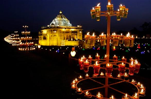 दीपावली के मौके पर रोशनी से जगमग गांधीनगर स्थित अक्षरधाम मंदिर।