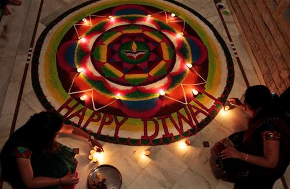 अहमदाबाद में दीपावली के मौके पर रंगोली बनाती महिलाएं।