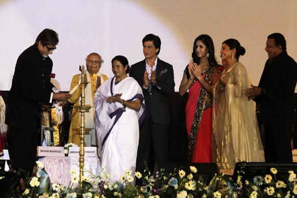 कोलकाता में 18वें कोलकाता अंतरराष्ट्रीय फिल्म फेस्टिवल का दीप प्रज्जवलित कर उद्घाटन करते महानायक अमिताभ बच्चन। इस मौके पर उपस्थित मुख्यमंत्री ममता बनर्जी, शाहरुख खान, कैटरीना कैफ, अनुष्का शर्मा और मिथुन चक्रवर्ती।