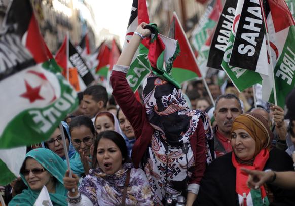 मैड्रिट में फ्री वेस्टर्न सहारा के समर्थन में प्रदर्शन करते लोग।
