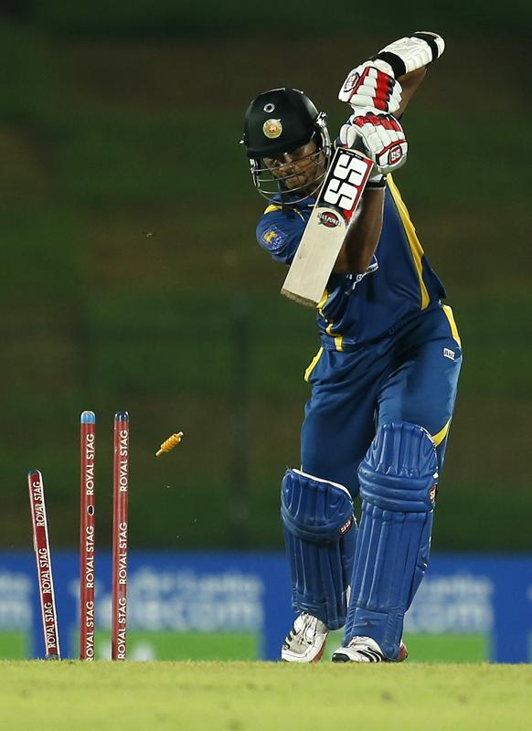श्रीलंका के बल्लेबाज दिनेश चांदीमल न्यूजीलैंड के साथ खेलते हुए बोल्ड हो गए।