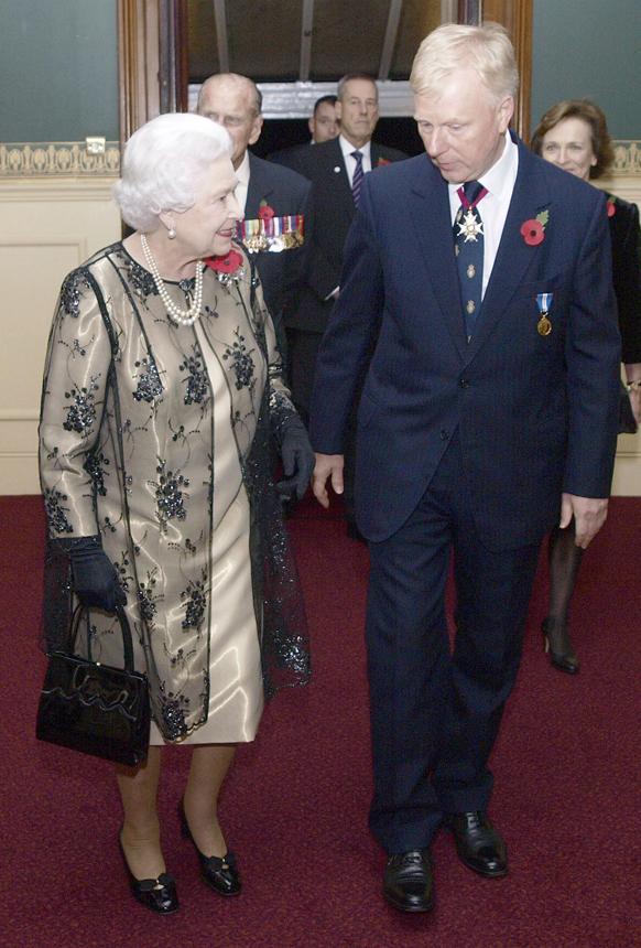 ब्रिटेन की महारानी एलिजाबेथ द्वितीय का अभिवादन करते वाइस एडमिरल पीटर विल्किंसन।