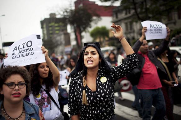 लीमा में स्लट वॉक के दौरान महिलाएं।