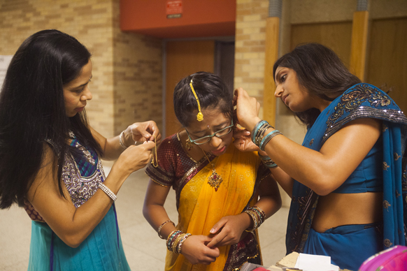 अमेरिका के टेक्सास में दीपावली त्योहार मनाने के लिए तैयार होतीं युवतियां।