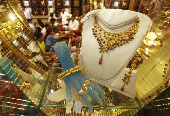 इलाहाबाद में दीपावली त्योहार के लिए दुकानों में बिकने के लिए सजी ज्वेलरी।