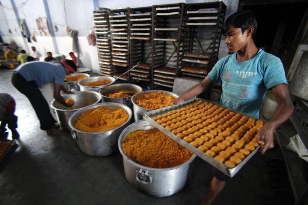 जम्मू में दीपावली त्योहार के लिए बड़े पैमाने पर मिठाइयां बनाई जा रही है।