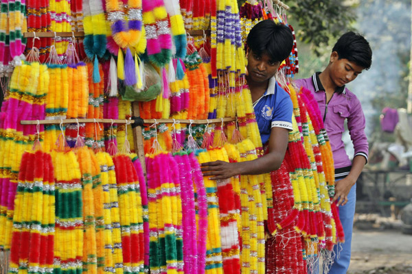 इलाहाबाद में दीवाली त्योहार के लिए माला बेचते स्ट्रीट वेंडर।