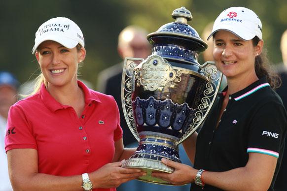 LPGA  गोल्फ टूर्नामेंट में ट्राफी ग्रहण करती विजेता प्रतियोगी।