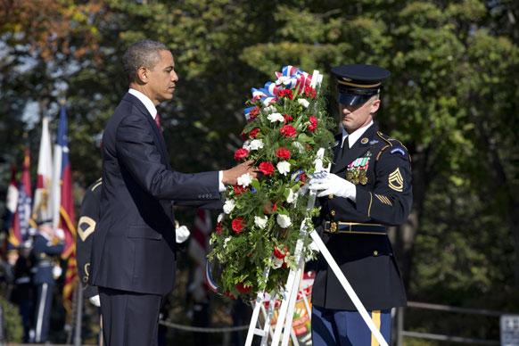 एर्लिंगटन में अमेरिकी राष्ट्रपति बराक ओबामा शहीदों को श्रद्धांजलि देते हुए।