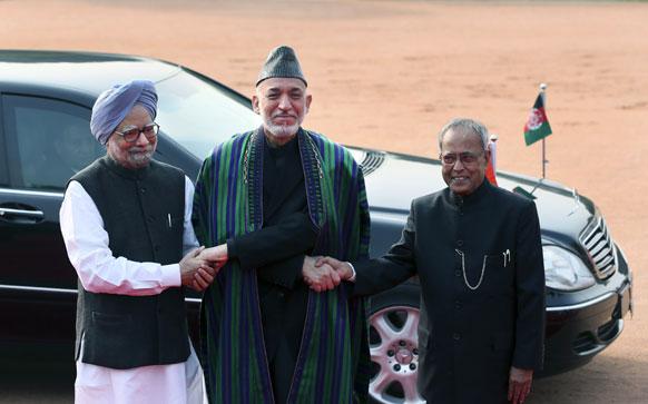 नई दिल्ली में प्रधानमंत्री मनमोहन सिंह आफगानिस्तान के राष्ट्रपति हामिद करजई का स्वागत करते हुए।