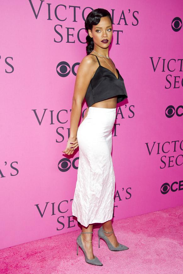 विक्टोरिया सीक्रेट फैशन शो में शिरकत करती हुईं गायिका रिहाना।