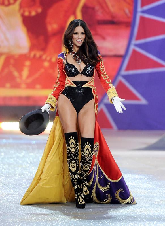 ब्राजीलियन मॉडल आकर्षक परिधान में रैंप पर जलवा बिखेरती हुई।