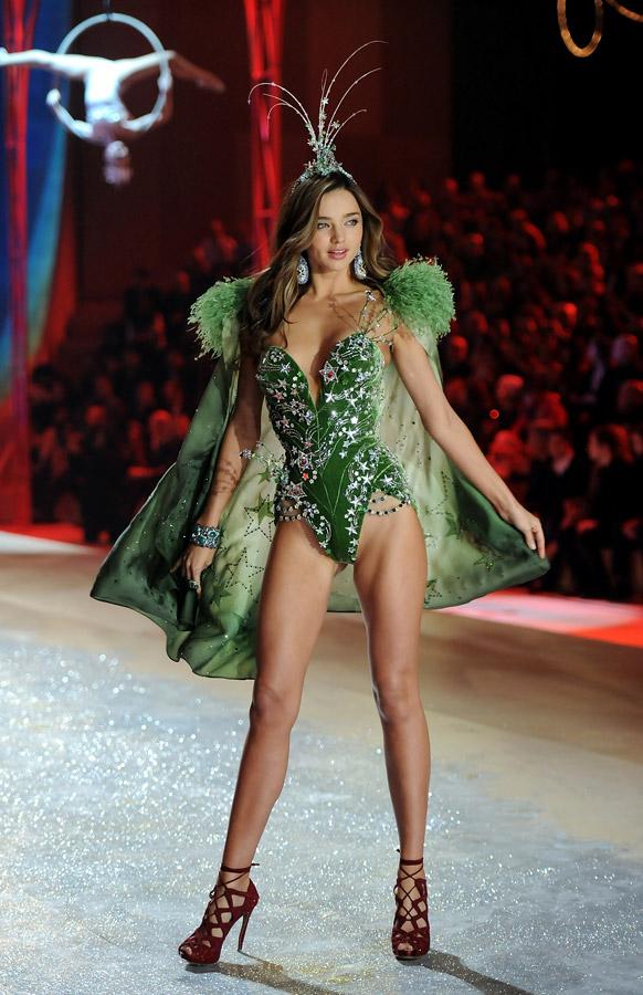 विक्टोरिया सीक्रेट फैशन शो 2012 के दौरान रनवे पर आकर्षक अदा में मॉडल मिरांडा केर।