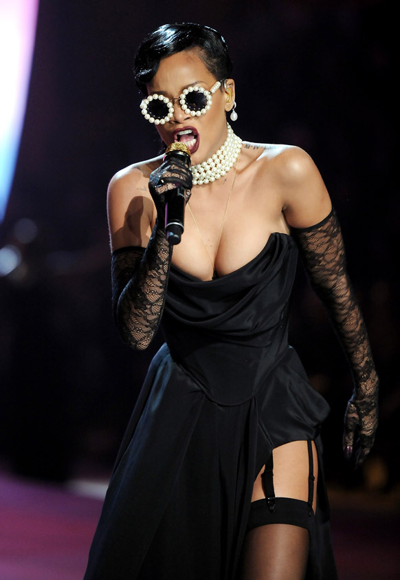न्यूयॉर्क में विक्टोरिया सीक्रेट फैशन शो 2012 के दौरान कार्यक्रम की प्रस्तुति देती हुई गायिका रिहाना।