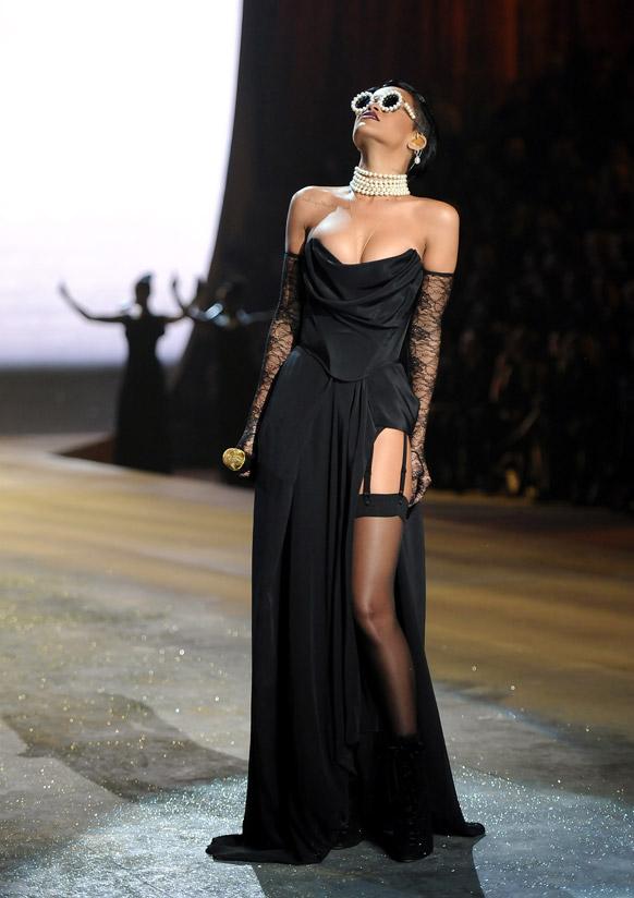 न्यूयॉर्क में विक्टोरिया सीक्रेट फैशन शो 2012 के दौरान अपने कार्यक्रम की प्रस्तुति देते हुए गायिका रिहाना।
