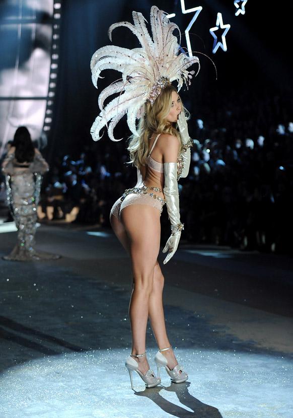 विक्टोरिया सीक्रेट फैशन शो 2012 के दौरान रैंप पर आकर्षक अदा में मॉडल डाउजेन क्रोएस।