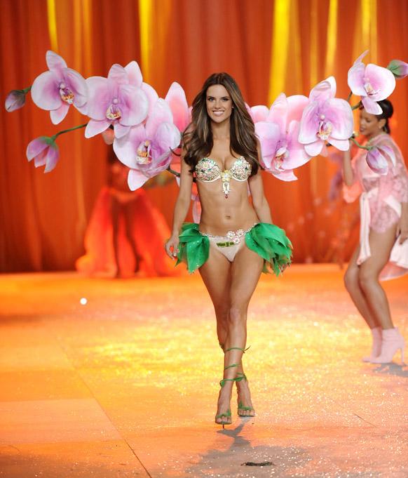 विक्टोरिया सीक्रेट फैशन शो 2012 के दौरान आकर्षक परिधान में रैंप पर चलते हुए ब्राजील की मॉडल एलेजेंड्रा एम्ब्रोसियो।