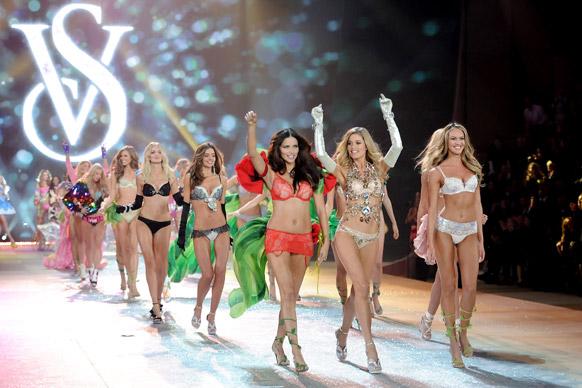 विक्टोरिया सीक्रेट फैशन शो के फाइनल के दौरान वॉक करते हुए (अग्रिम पंक्ति में) मॉडल एड्रियाना लीमा, डाउजेन क्रोज और कैंडिस स्वेनपोएल।