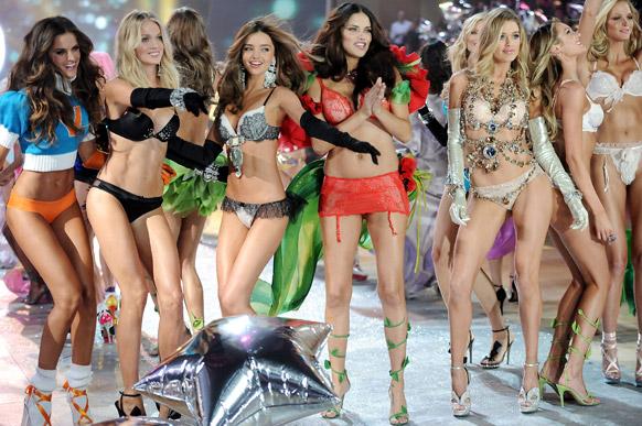 विक्टोरिया सीक्रेट फैशन शो के फाइनल के दौरान स्टेज पर वॉक करते हुए मॉडल्स। बाएं से मॉडल इजाबेल गोउलार्ट, लिंडसे इलिंगसन, मिरांडा केर, एड्रियाना लीमा, डाउजेन क्रोज और कैंडिस स्वेनपोएल।