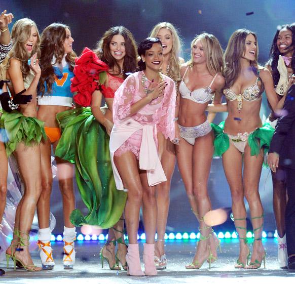 न्यूयॉर्क में विक्टोरिया सीक्रेट फैशन शो 2012 के फाइनल के दौरान जश्न मनाती हुईं गायिका रिहाना।