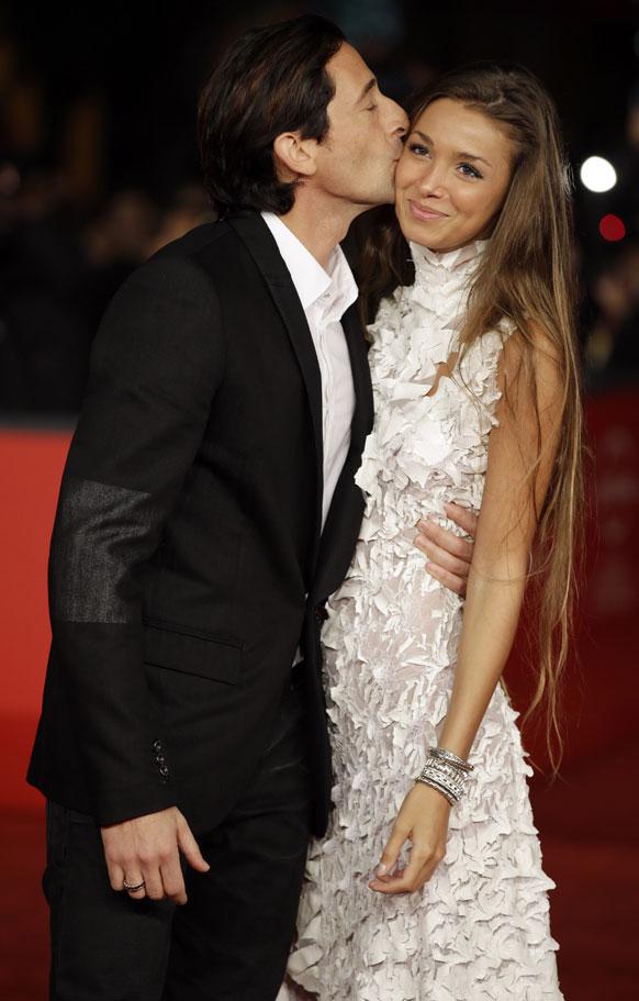 अभिनेता अद्रेन ब्रोडी अपनी गर्लफ्रेंड लारा लिइटो को किस लेते हुए।