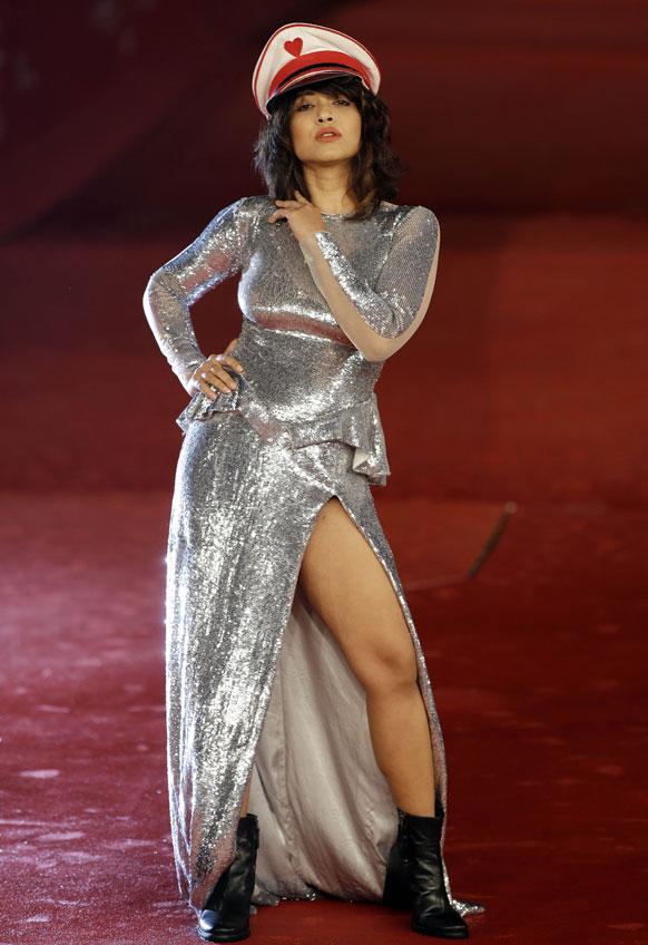 सातवां रोम अंतरराष्ट्रीय फिल्म महोत्सव के दौरान फिल्म 'तशर देश' के स्क्रीनिंग के दौरान फोटोग्राफर के लिए पोज देती हुई अभिनेत्री रिमी सेन।