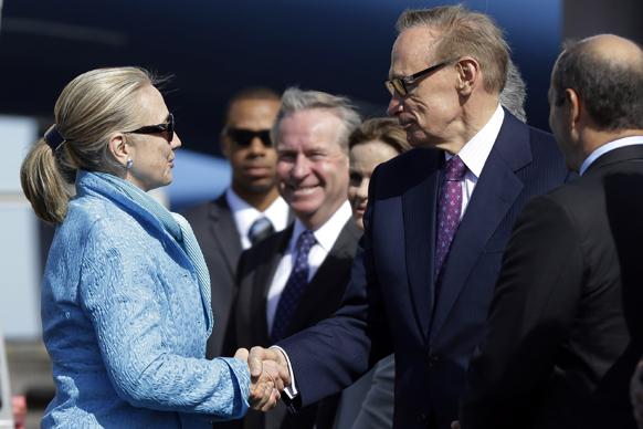 पर्थ में अमेरिकी विदेश मंत्री हिलेरी क्लिंटन ऑस्ट्रेलियन विदेश मंत्री बोब कैरी से हाथ मिलाते हुए।
