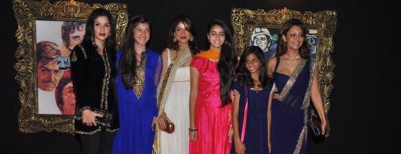 प्रीमियर के मौके पर अपनी बेटियों के साथ पोज देते हुए महीप कपूर, भावना पांडे और गौरी खान।