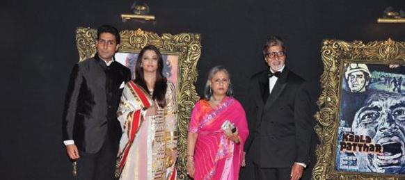 फिल्म के प्रीमियर के दौरान रेड कार्पेट पर पूरा बच्चन परिवार।