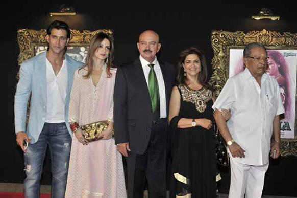 फिल्म जब तक है जान के प्रीमियर के मौके पर अभिनेता रितिक रोशन पत्नी सुजैन, राकेश रोशन और मां पिंकी के साथ।
