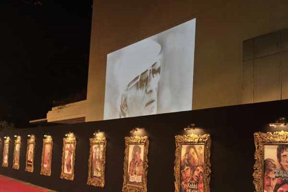 पूरा प्रीमियर स्थल यश चोपड़ा की इस फिल्म की पोस्टर से अटा पड़ा।