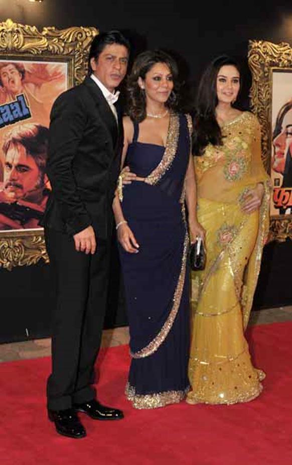 प्रीति जिंटा, पत्नी गौरी खान के साथ पोज देते हुए शाहरूख खान।