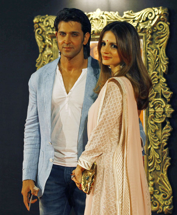 बॉलीवुड अभिनेता रितिक रोशन अपनी पत्नी सुजैन रोशन के साथ इस फिल्म के प्रीमियर पर पहुंचे।