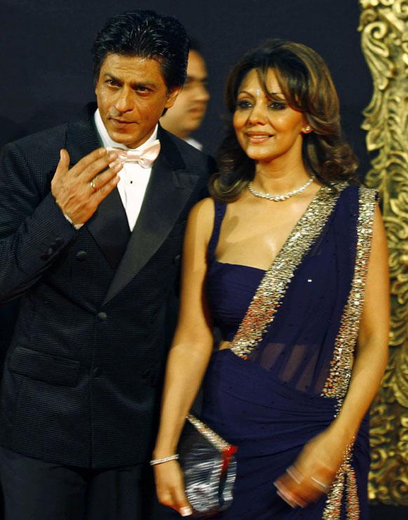 मुंबई में फिल्म जब तक है जान के प्रीमियर के मौके पर अपनी पत्नी गौरी के साथ पोज देते हुए किंग खान।
