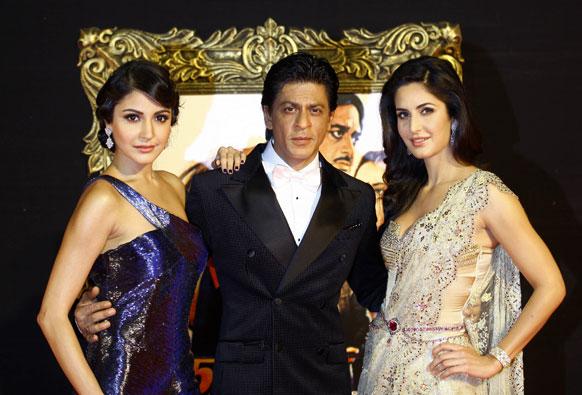जब तक है जान के प्रीमियर के दौरान अनुष्का शर्मा और कैटरीना कैफ के साथ शाहरूख खान फोटोग्राफरों को पोज देते हुए।