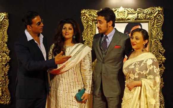 'जब तक है जान' के प्रीमियर के मौके पर अभिनेता अक्षय कुमार अपनी पत्नी ट्विंकल खन्ना और अभिनेता इमरान खान अपनी पत्नी अवंतिका के साथ।