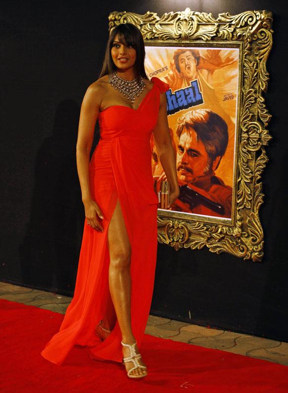 मुंबई में फिल्म जब तक है जान के प्रीमियर के मौके पर शिरकत करती हुईं अभिनेत्री बिपाशा बसु।