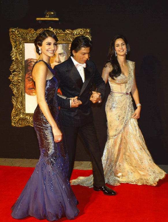 मुंबई में फिल्म जब तक है जान के प्रीमियर के मौके पर कैटरीना कैफ और अनुष्का शर्मा के साथ अभिनेता शाहरूख खान।