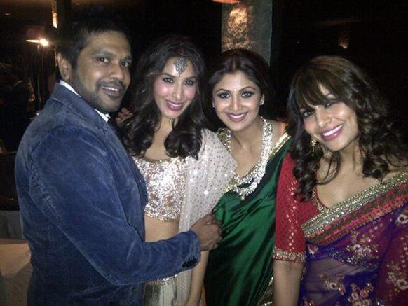 दिवाली की पार्टी में अपने मित्रों के साथ बिपाशा बसु और शिल्पा शेट्टी।
