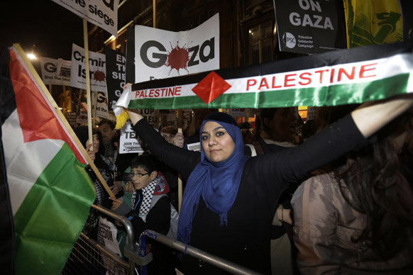 इजरायली हमले के खिलाफ फिलिस्तीनी नागरिकों का लंदन में इजरायली दूतावास के बाहर प्रदर्शन।