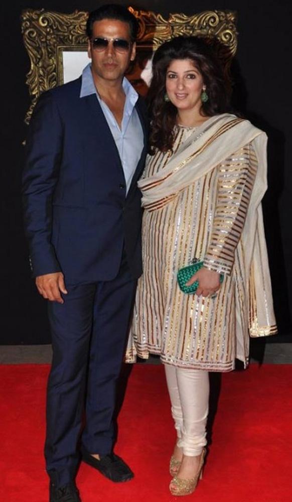 अबू जानी और संदीप खोसला के डिजाइन ड्रेस में अक्षय कुमार और उनकी पत्नी ट्विंकल खन्ना।