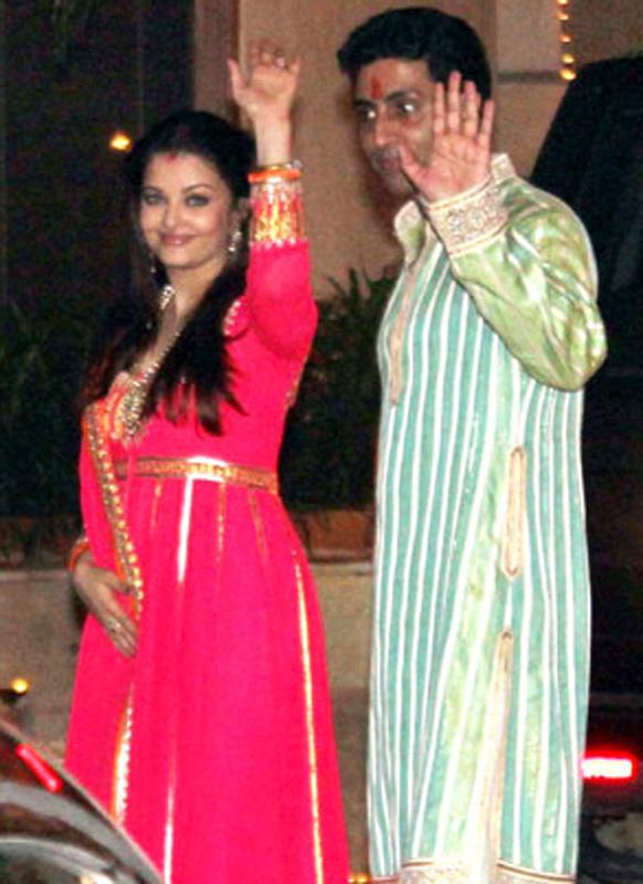 दिवाली के दिन गुलाबी रंग की अनारकली लिबास में ऐश्वर्या राय बच्चन और उनके पति अभिषेक बच्चन।