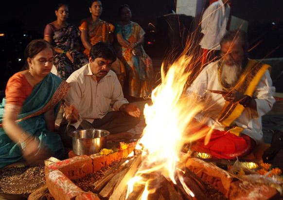 शिवसेना सुप्रीमो बाल ठाकरे की सेहत में सुधार के लिए मुंबई में हवन।