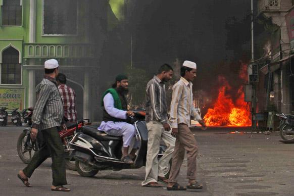 हैदराबाद में प्रदर्शनकारियों ने गाड़ियों में आग लगा दी।