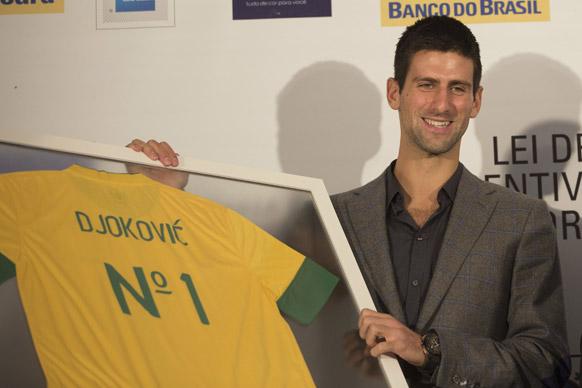 ब्राजील में अपनी टी शर्ट जारी करते हुए टेनिस खिलाड़ी नोवाक जोकोविच।