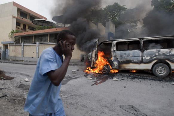 हैती में विरोध-प्रदर्शन के दौरान छात्रों ने कई गाड़ियों में आग लगा दी।