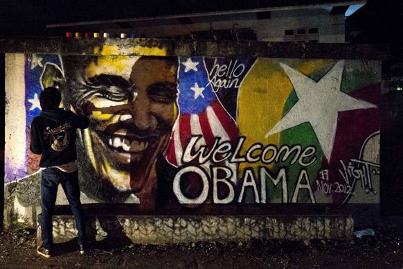म्यामांर में अमेरिकी राष्ट्रपति बराक ओबामा की यात्रा के लिए पेंटिंग बनाता एक कलाकार।