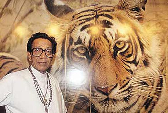 बाघ की तस्वीर के साथ बाल ठाकरे।